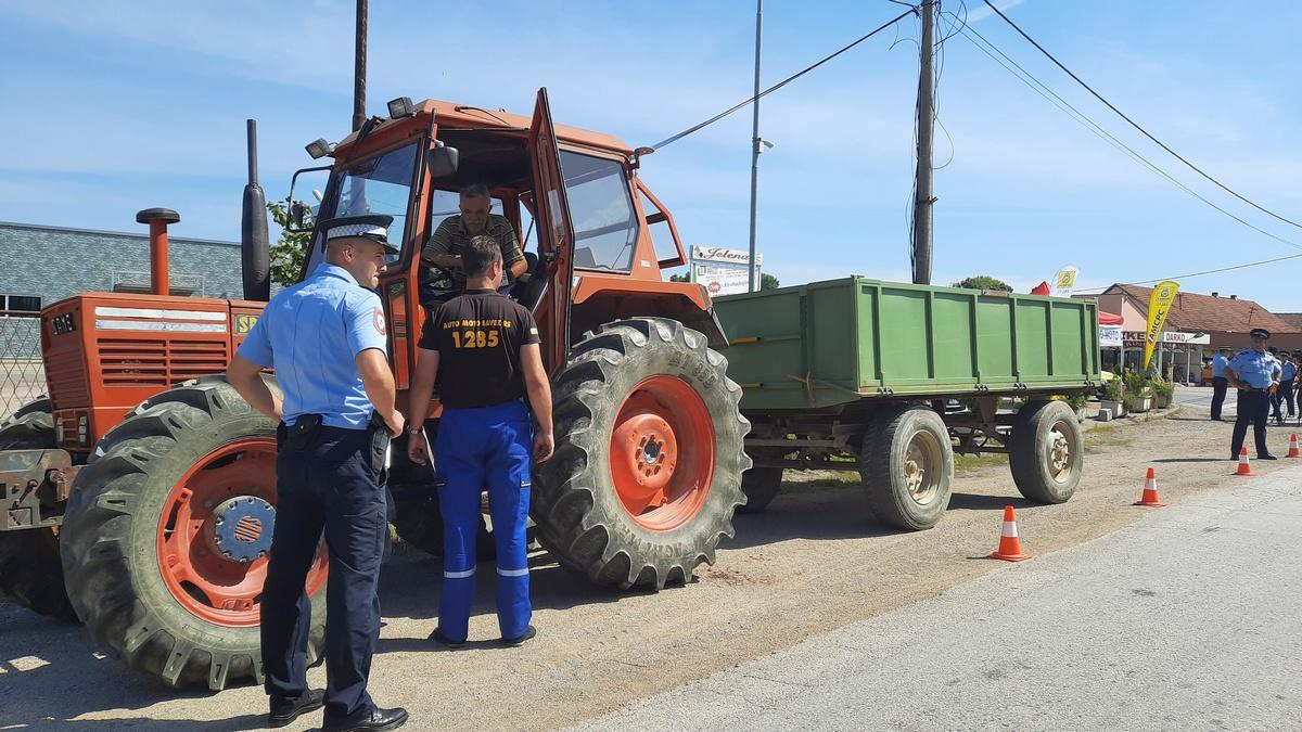 Vlasnicima traktora iz opštine Kozarska Dubica podijeljena žuta rotaciona svjetla i preventivni leci