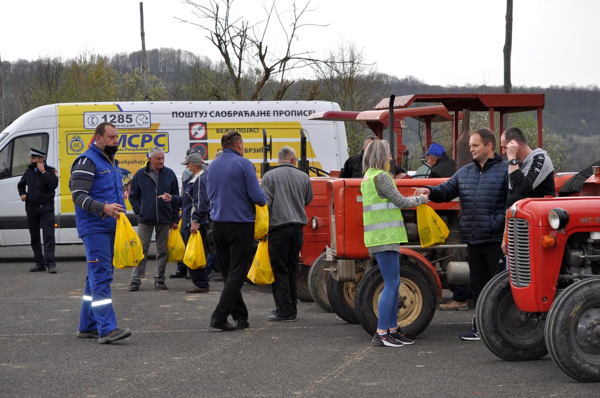 Костајнички трактористи добили жута ротациона свјетла, свјетло-одбојне прслуке и превентивне брошуре