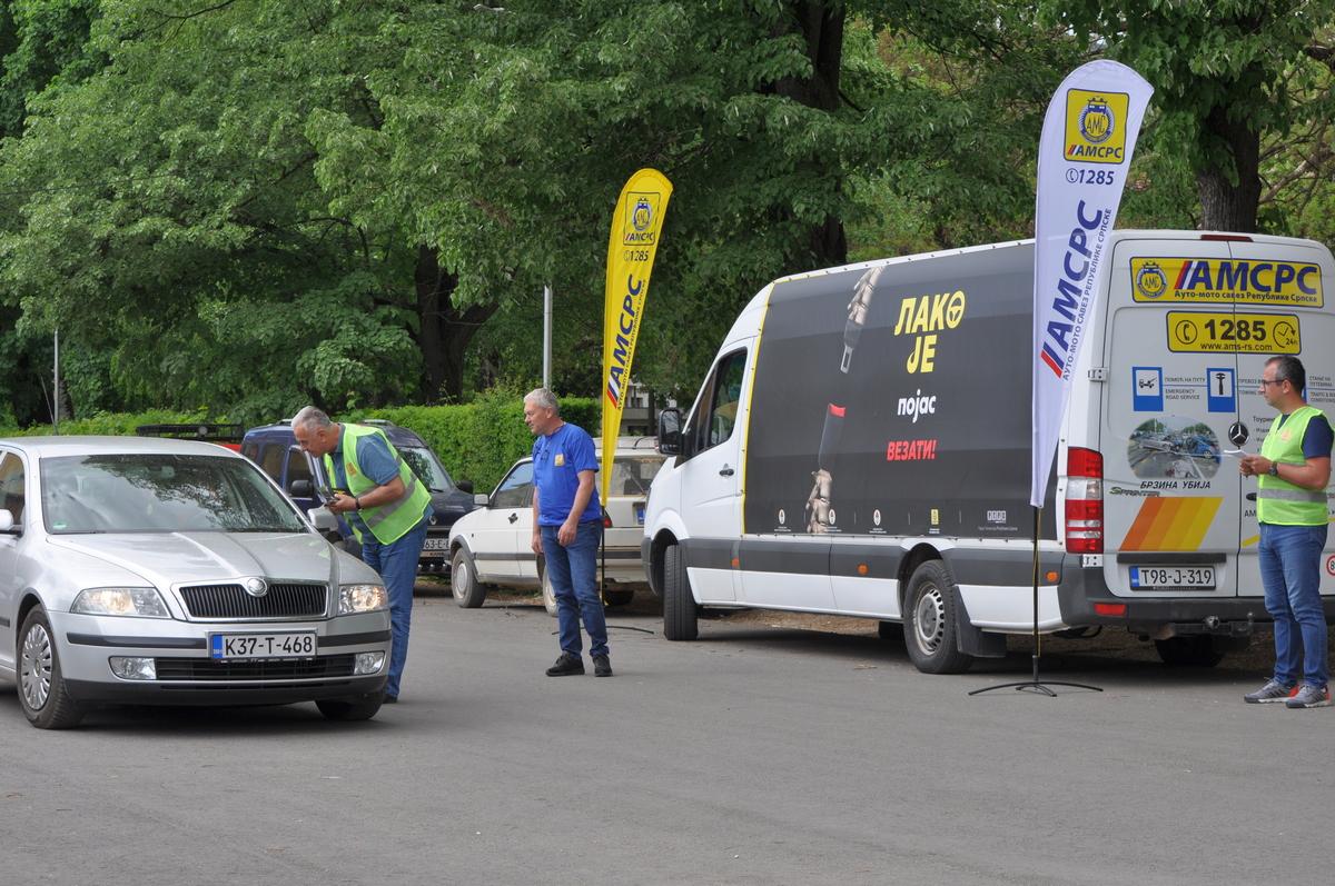 """Фочанским возачима дијељени превентивни материјали у оквиру кампање """"Лако је појас везати!"""""""
